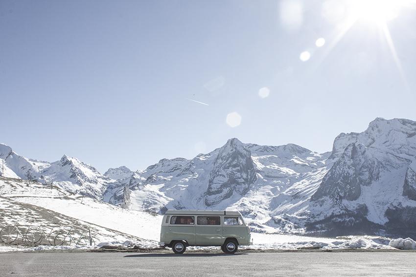 Road-trip dans le parc national des Pyrénées à bord d'un combi VW